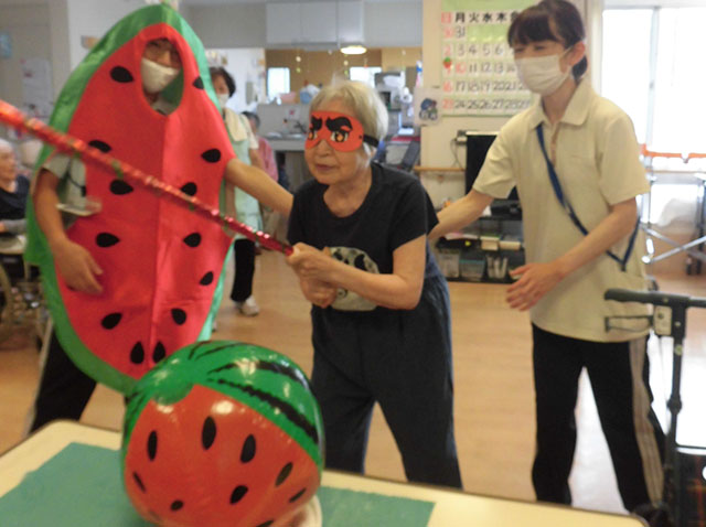 夏恒例のスイカ割り大会☆「よーく狙って!」